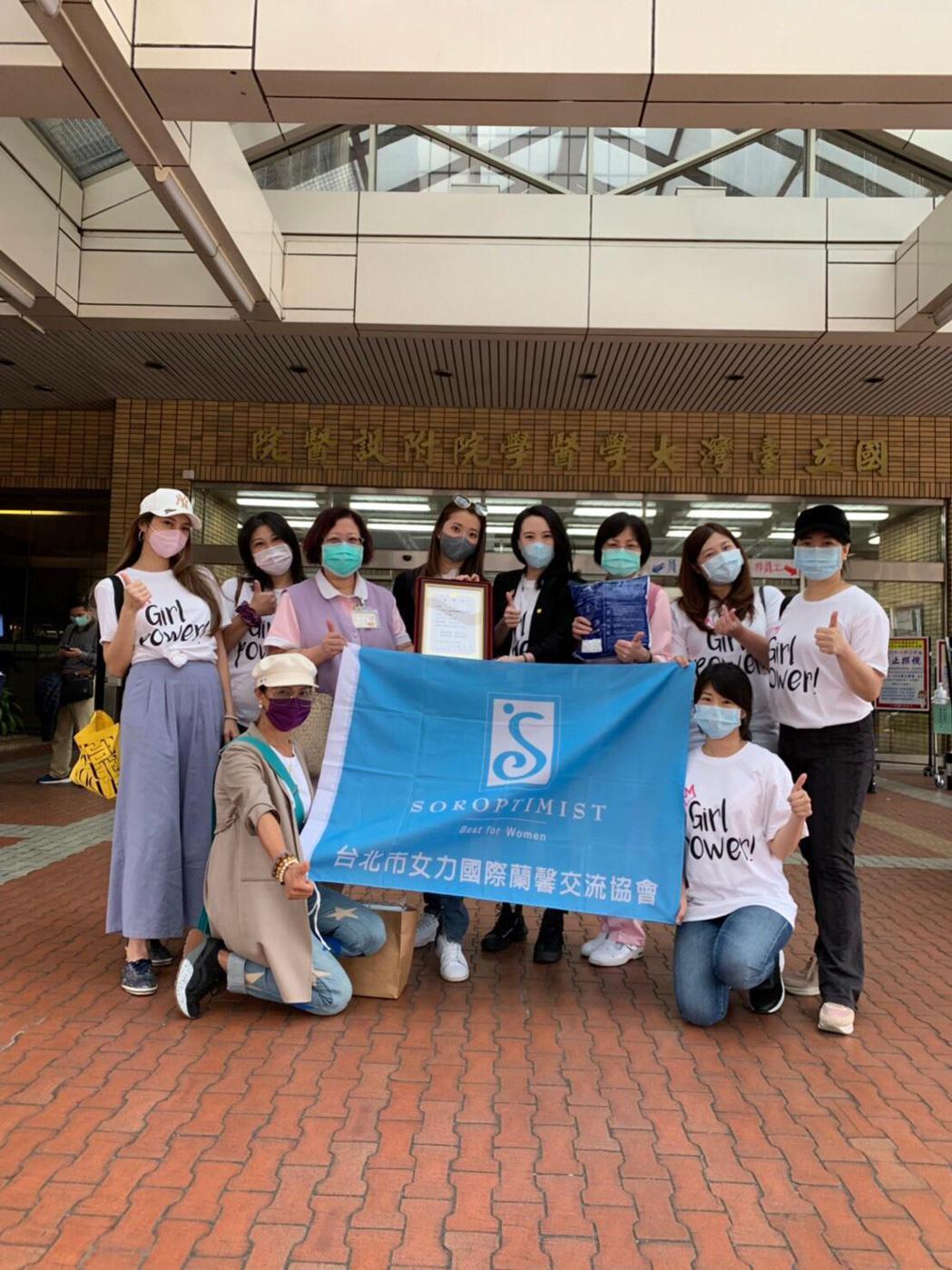 台北市女力國際蘭馨交流協會發起「『衣』護人員免擔心—防護衣捐贈活動」。圖/台北市