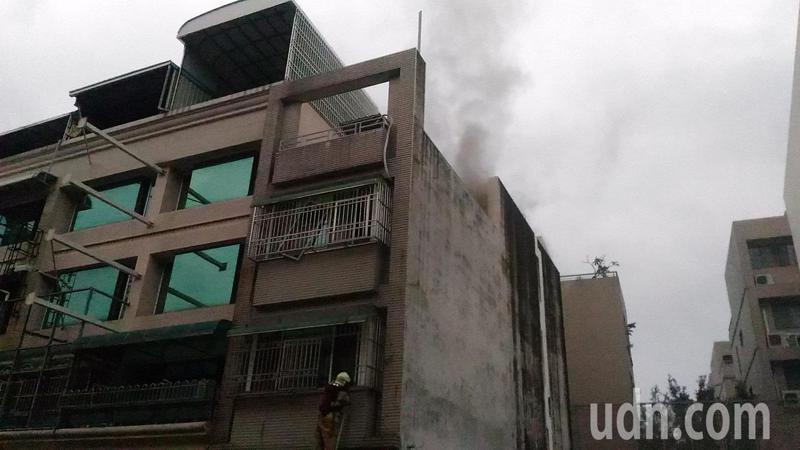 台南市東區崇善路民宅火災,消防人員架梯破窗。記者黃宣翰/攝影