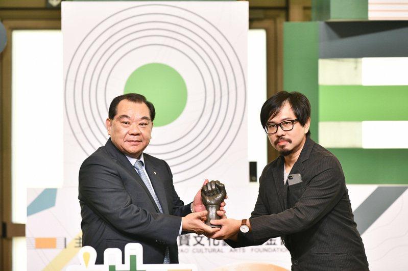 麗寶集團董事長吳寶田先前頒發第四屆首獎得主戴士偉。圖/麗寶集團提供