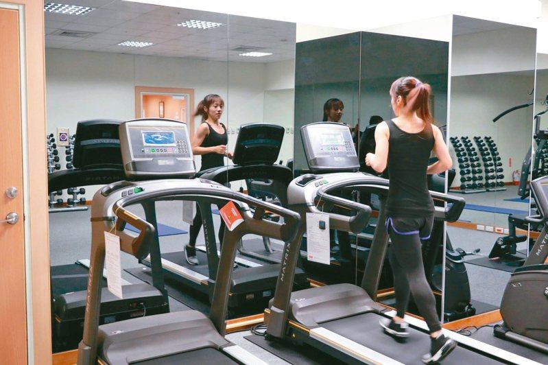 台中慈濟醫院代謝及減重中心主任李旻憲提醒,疫情嚴峻期間,千萬不要因為待在家,「多吃、少動」的生活型態,讓身體肥一圈而增加負擔。 圖/台中慈濟醫院提供