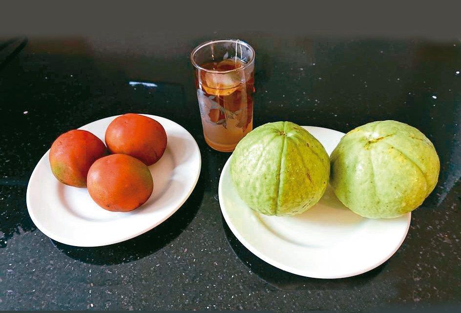在吃水果方面,捨棄較甜的西瓜、哈密瓜、荔枝、龍眼等水果,而吃些比較不甜的芭樂、番...