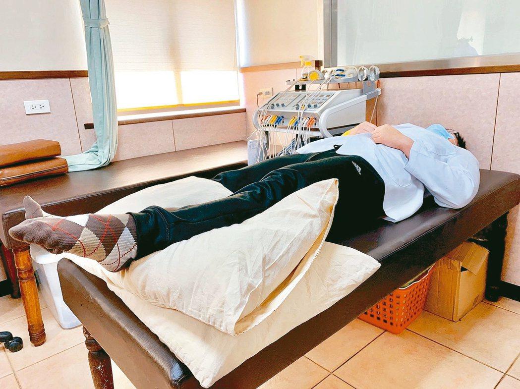 第1招「腳踝幫浦運動」,把患肢墊高於心臟,在不痛情形下重複讓腳底板下壓再往上翹。...
