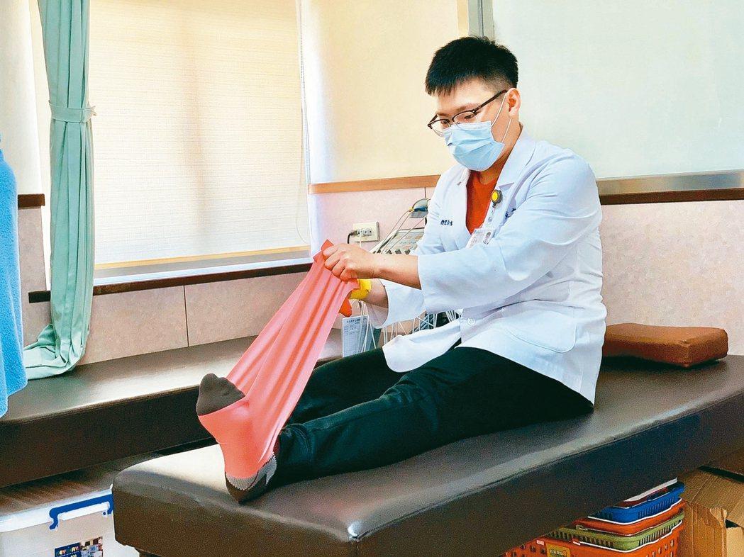 第2招採坐姿,膝蓋伸直,再找條彈力帶綁在腳板往身體內側拉,讓腳板外翻。 記者王昭...