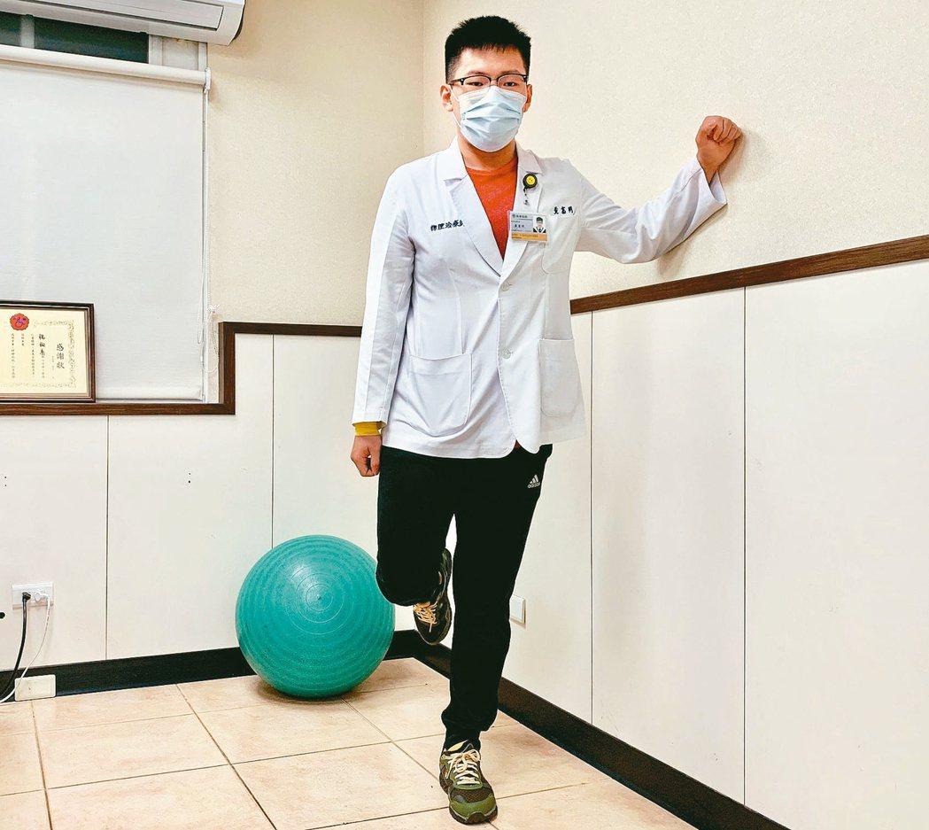 第3招是扭傷後期練「金雞獨立」,讓患肢單腳站立,先扶牆練習到慢慢放手。 記者王昭...