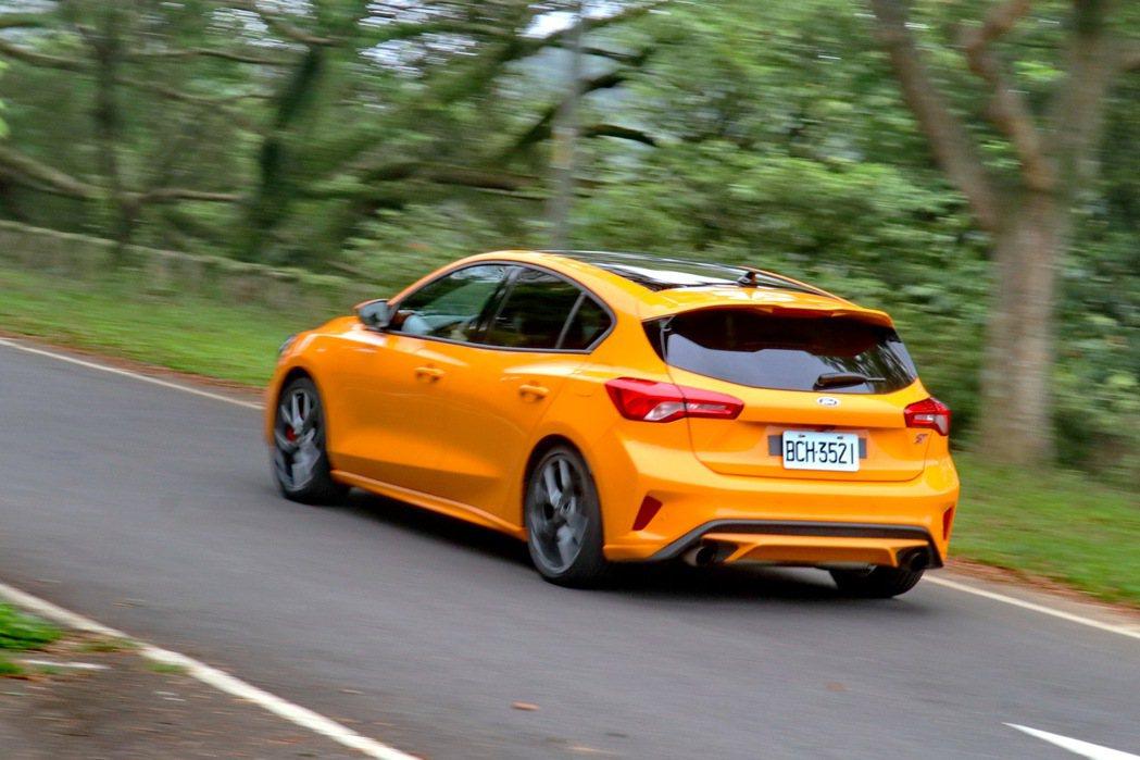 Ford Focus ST在濕地與標準模式的情況下,可以感受到整體懸吊硬度較為「...