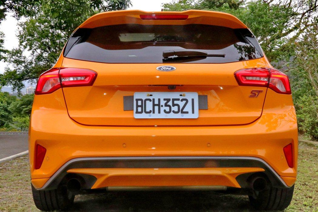 車尾配備ST專屬運動化大型擾流尾翼、大口徑的雙邊單出排氣尾管與車尾ST專屬銘版。...