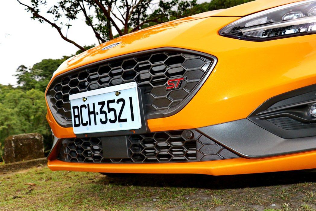 專屬ST銘牌標誌的車頭蜂巢狀水箱護罩。 記者陳威任/攝影