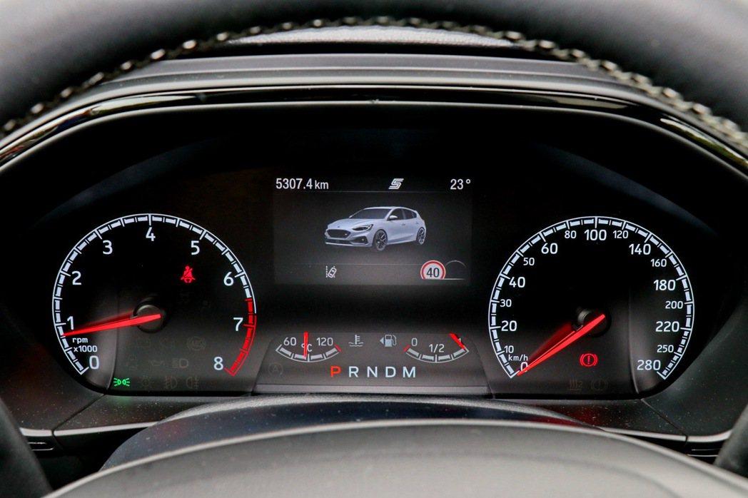 駕駛者亦可透過儀表板中的4.2吋全彩LCD液晶智慧多功能儀表板查看渦輪增壓值、機...