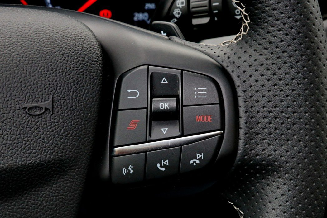 方向盤右側多功能按鍵附「S」按鍵與「Mode」選擇模式鈕。 記者陳威任/攝影