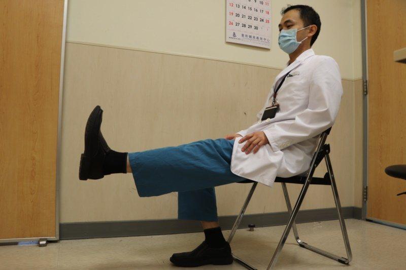 輔大醫院骨科部主治醫師張書豪示範4種訓練方式,提升肌力減少關節痠痛。圖為「膝蓋伸...
