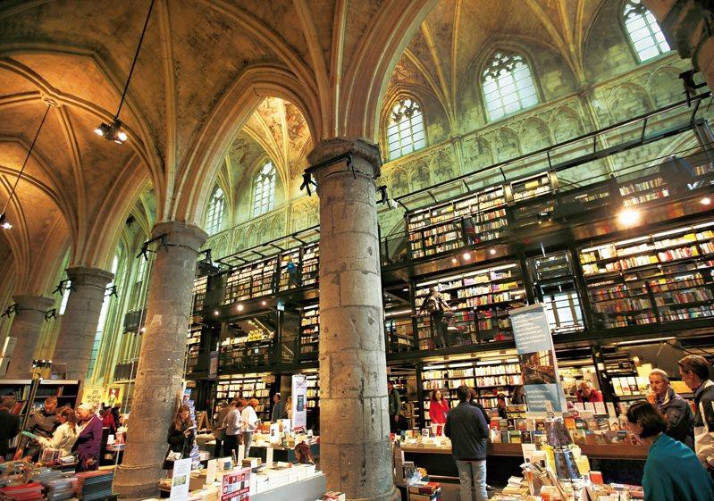 建於1294年的這座哥德式建築,當年是天主教多米尼克教派的教堂,如今變身為全球愛書人慕名而來的書店。圖/聯經出版授權提供
