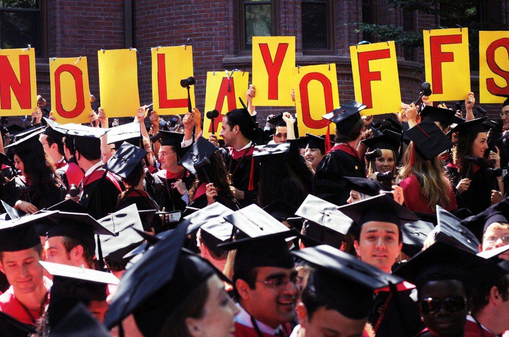 哈佛微妙而強硬地「拒絕退還紓困金」,並一反原先僅願意將紓困金的一半,用於有需求學...