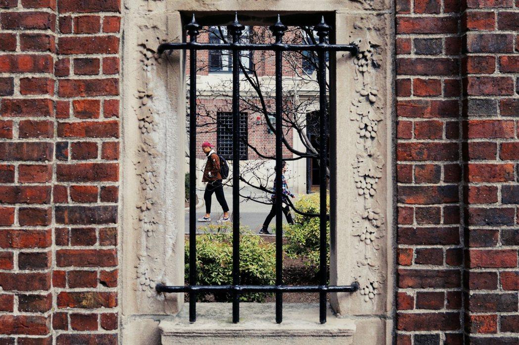 儘管哈佛校園裡確實有部分學生來自經濟弱勢的家庭,長年以來,美國一流名校大多由富裕...