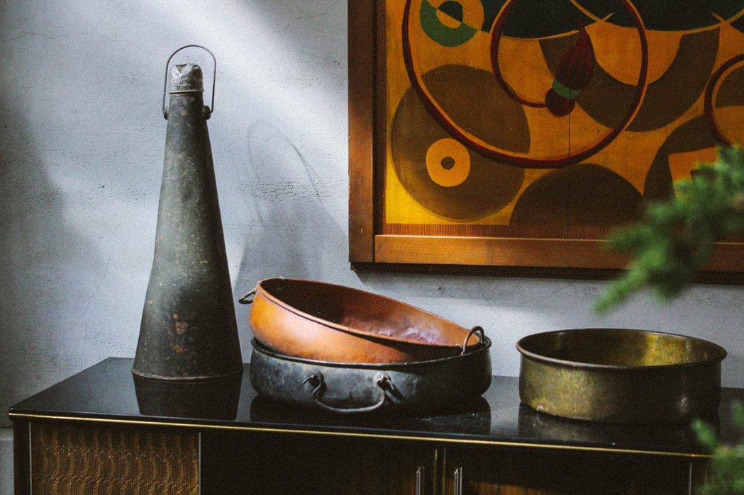 欣賞古物的材質、製造與設計,收藏不同年代的生活光景。 圖/葉家宏提供