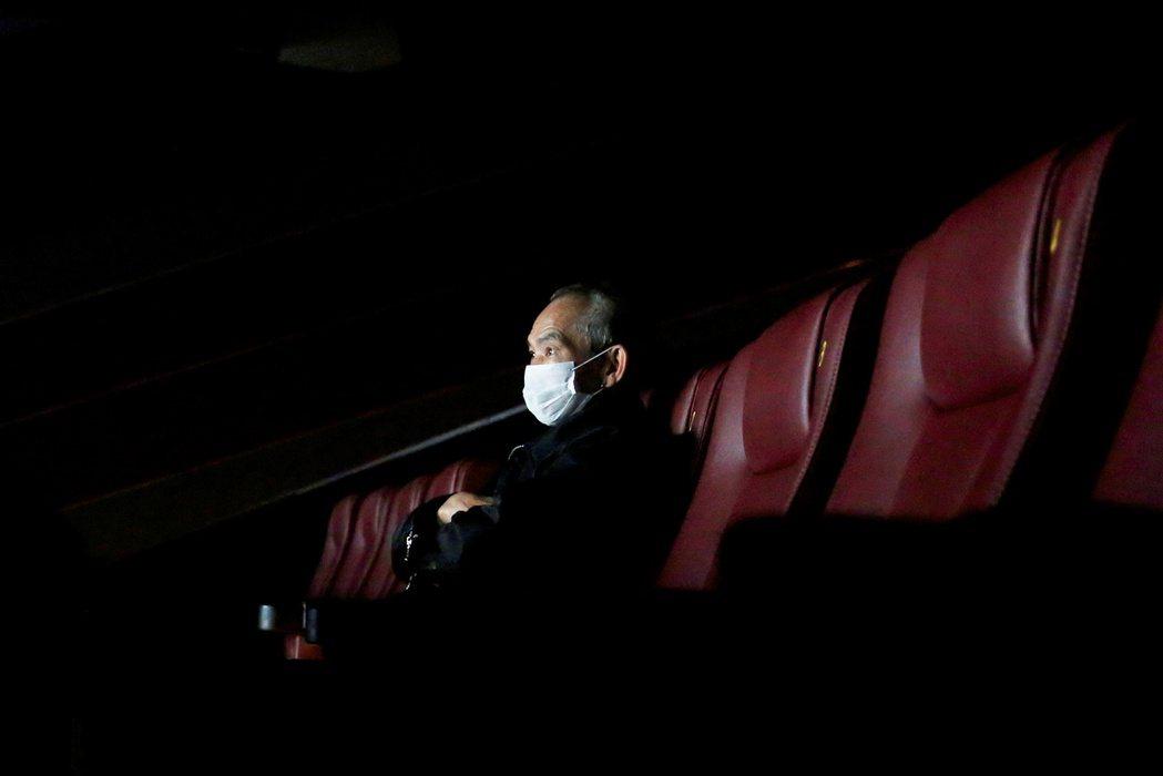 3月下旬,戲院率先被政府敕令「封關」。圖為香港民眾在電影院觀影。 圖/路透社