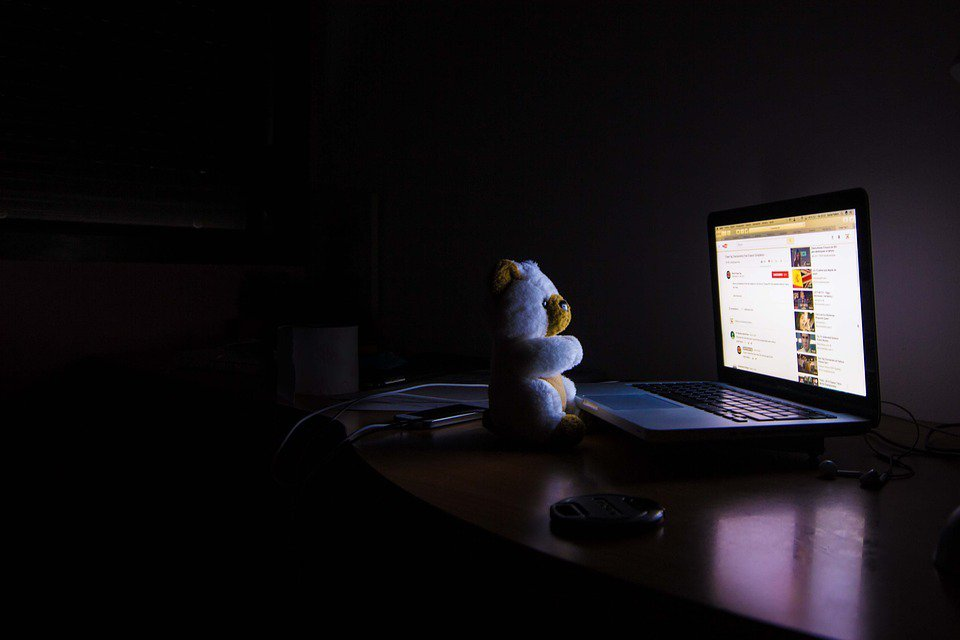睡前1小時減少玩手機、看電視、用電腦,螢幕含有藍光光線,這些光線進入眼睛刺激大腦...