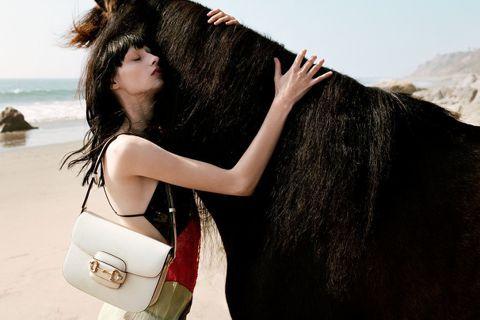 在1950年代首次問世的馬銜鍊元素,象徵GUCCI的馬術淵源,有著不同於品牌lo...