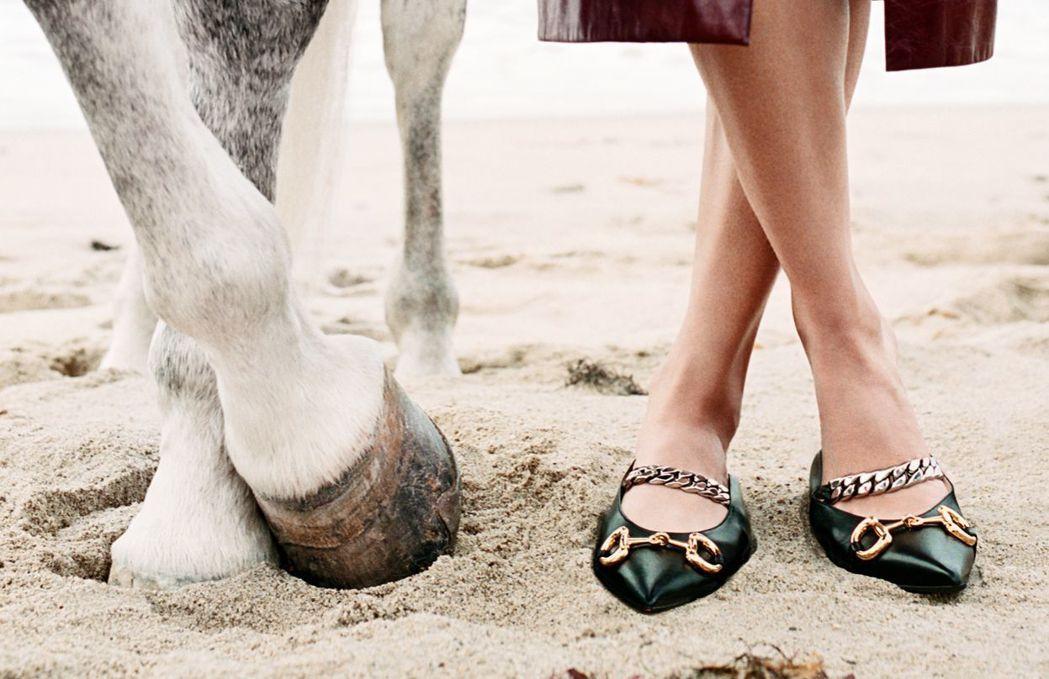 春夏系列尖頭鞋上也看得到馬銜鍊元素。 圖/GUCCI提供