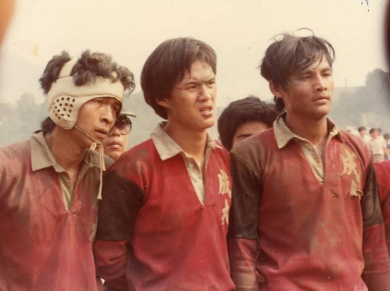 民國70年大專杯,成大與台大賽後(中間為作者)。  黃國興提供