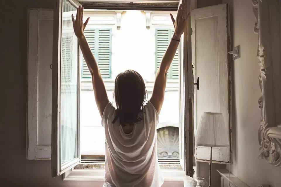 防疫期間如不能外出,也可在家往外遠眺,緩解眼睛疲勞,才是最根本護眼辦法。 圖/p...