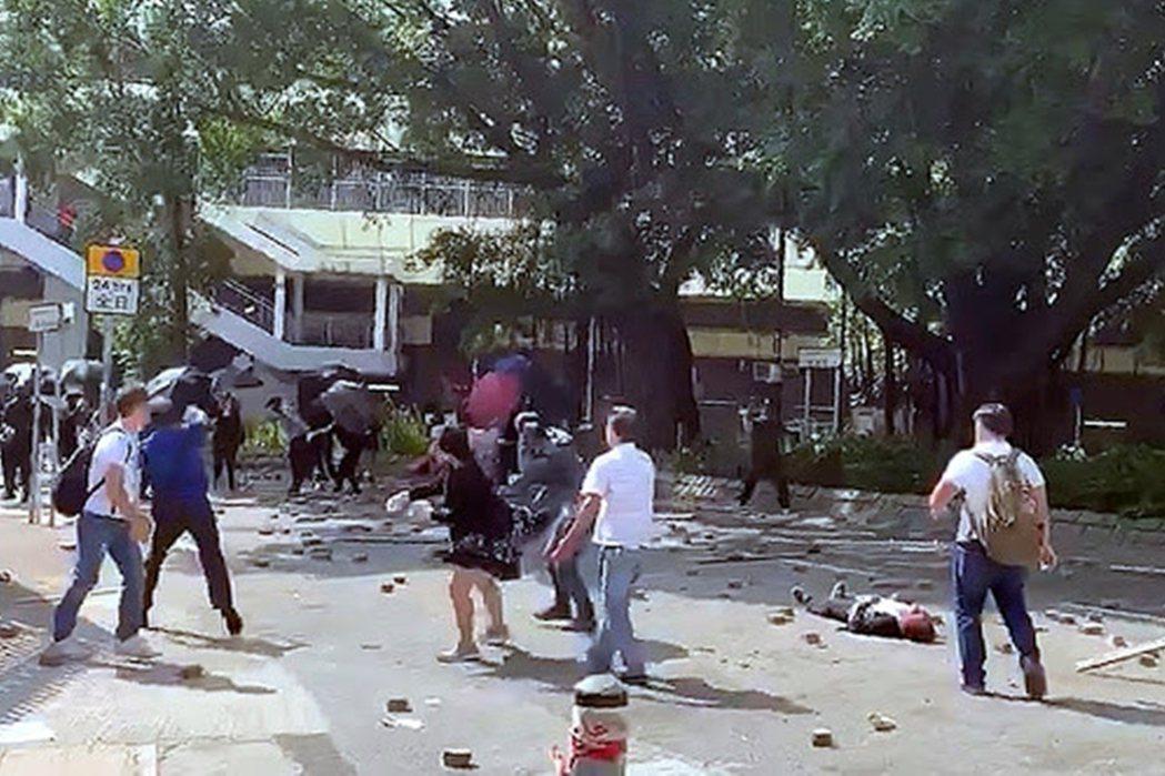 2019年11月13日,上水爆發了示威者與反對民眾的肢體衝突,在現場雙方磚塊互擲...