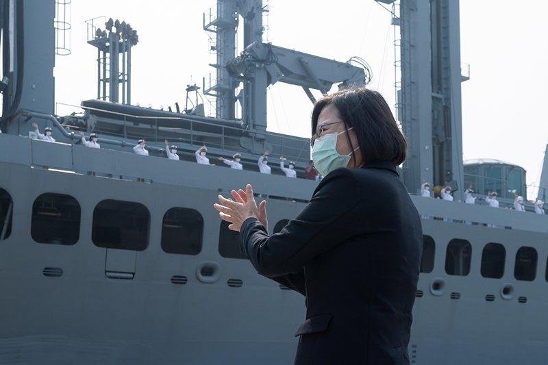 圖為4月9日,總統蔡英文前往碼頭慰勉敦睦支隊返台。 圖/總統府