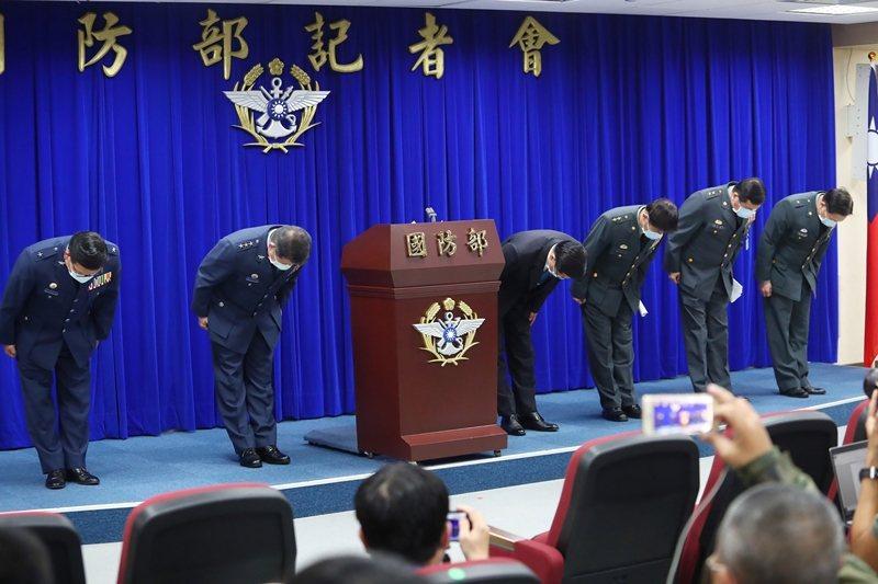 國防部長嚴德發(右四)率領國防部將領向國人與罹病官兵家屬鞠躬道歉。 圖/聯合報系資料照