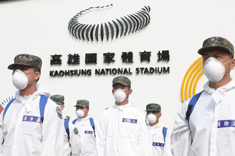 國軍化學兵針對左營軍區外進行大消毒,以防堵疫情進入社區。 圖/聯合報系資料照