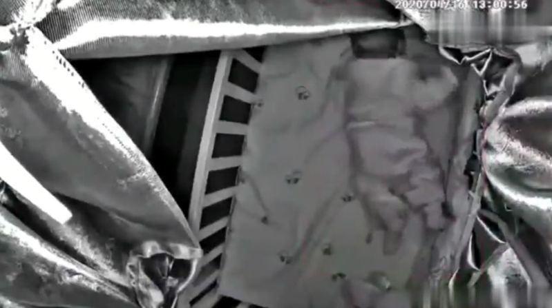 媽媽訓練3個月大女嬰趴睡卻窒息身亡,事後竟在群組全程「死亡直播」。