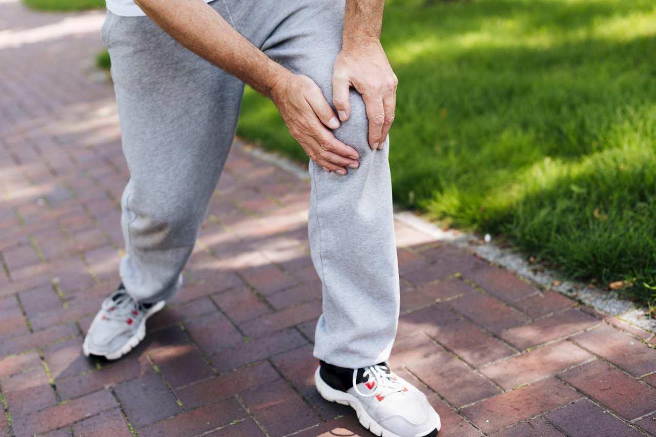 退化性關節炎,可透過強化肌力、復健運動或藥物等方式治療,「若就醫時間太晚,最後恐...