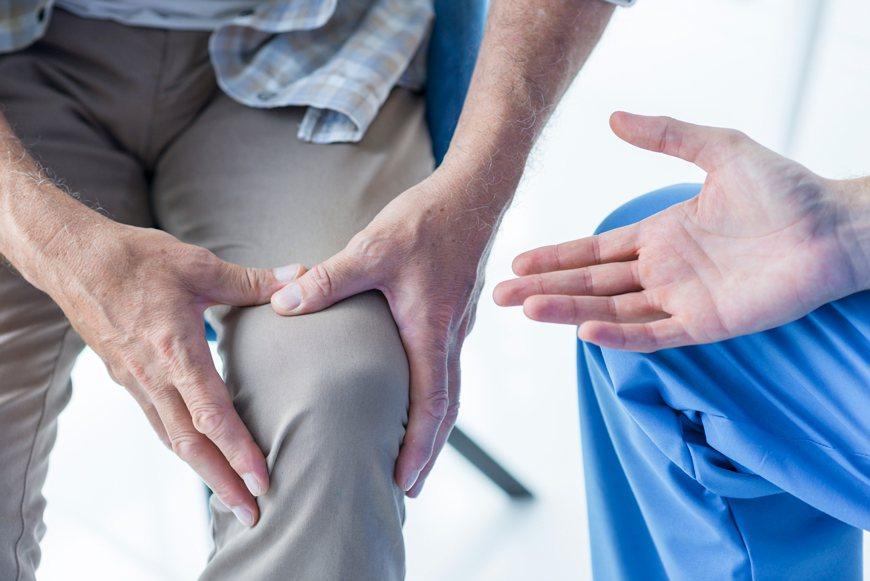 陳泓毓表示,骨質疏鬆症是一種因骨骼強度減弱致使個人增加骨折危險性的疾病。 圖/f...