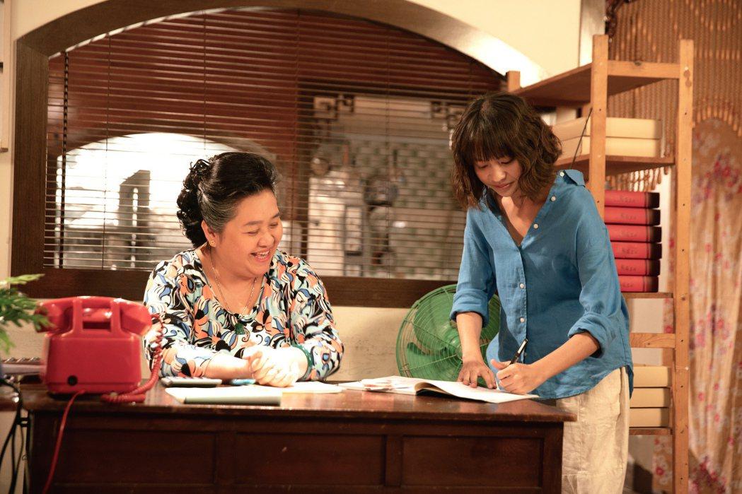 鍾欣凌(左)與黃姵嘉上演婆媳互鬥。圖/公視提供