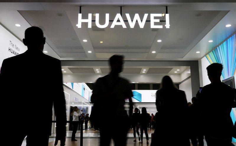 對抗美國可能的擴大出口管制,華為有意轉向南韓三星與台灣聯發科購買晶片。  路透