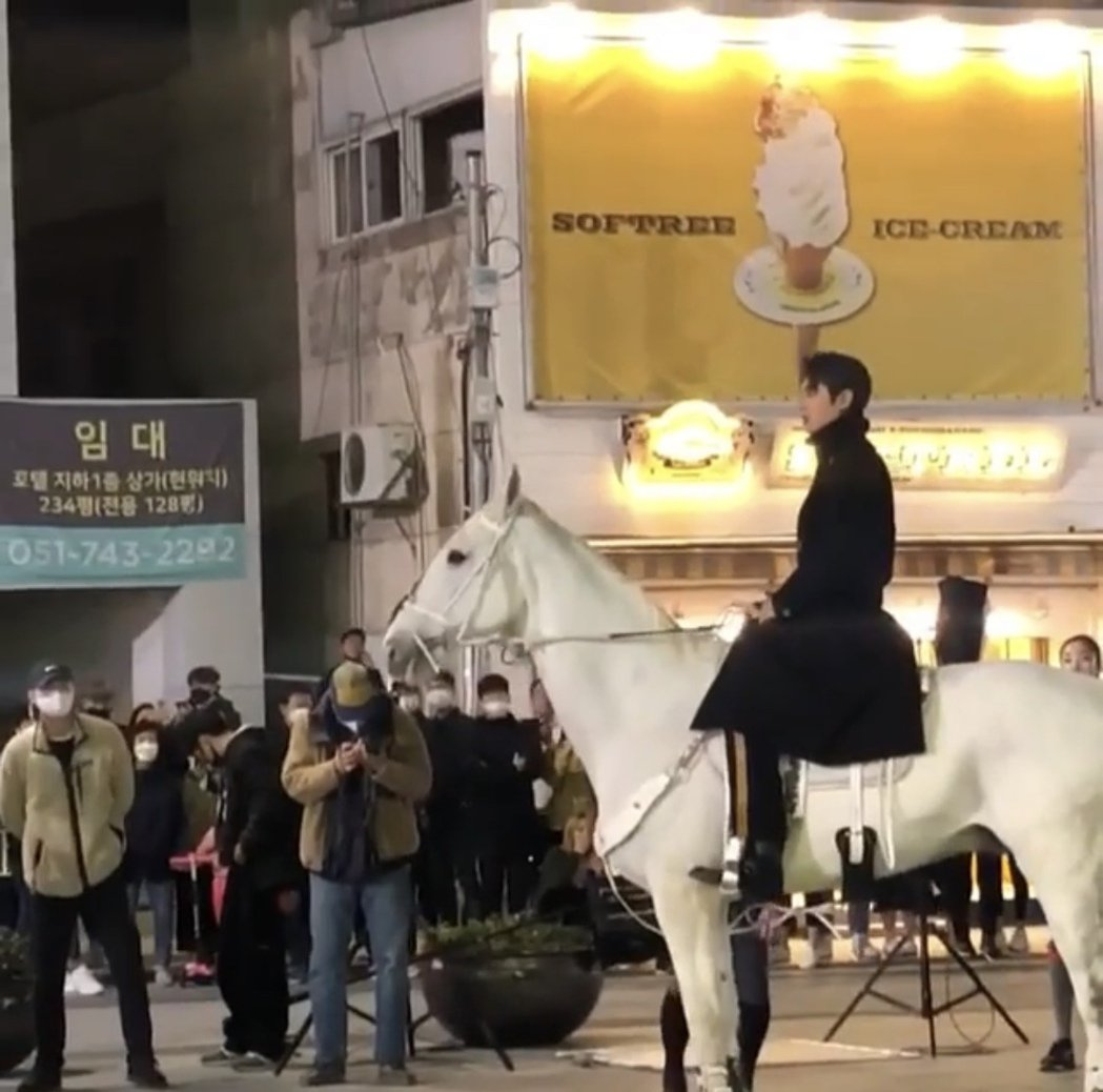 網路瘋傳李敏鎬騎馬在釜山海雲台拍攝的影片。圖/摘自臉書