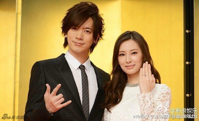北川景子(右)與搖滾歌手DAIGO於2016年結婚。圖/摘自新浪娛樂