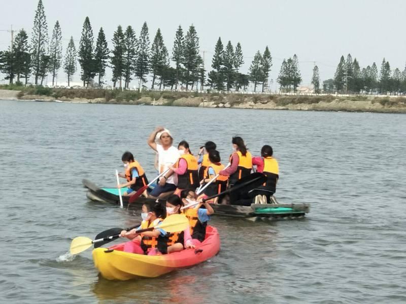 台南市載國小漁光分校到雙春國小共學,划獨木舟、衝浪舟、膠筏,進行海洋教育。圖/漁光分校提供