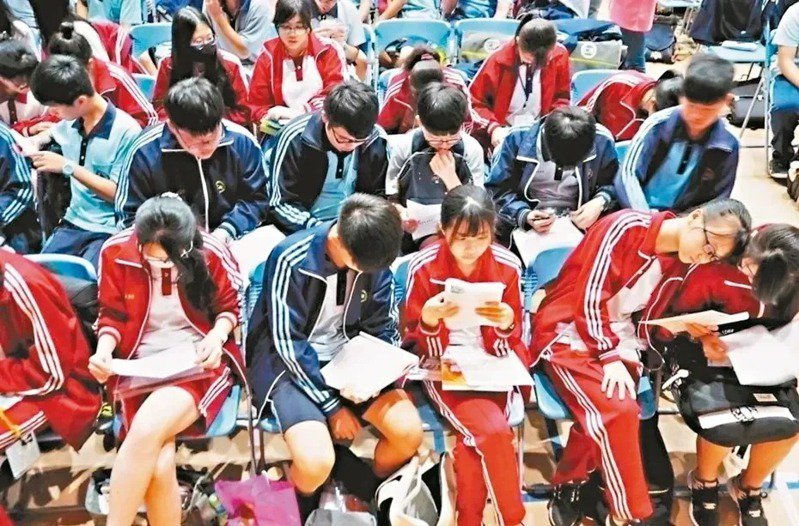 今年國中會考英文取消較簡單的聽力測驗,配分攤到難題較多的閱讀測驗,恐降低考生平均答對率。本報資料照片