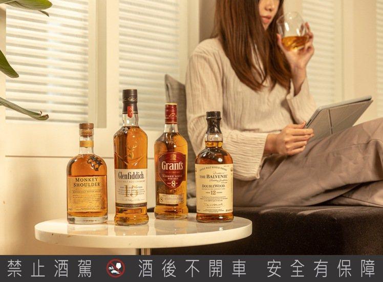 無論是在家工作後的小放鬆或是享受一個人的追劇時光,威士忌都可以是妳的最佳良伴。圖...