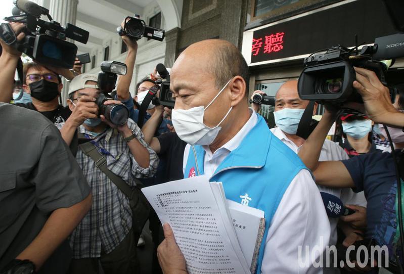 高市議會「防疫」臨時會上午取消,原本備詢的高雄市長韓國瑜手拿大批資料離開議會。記者劉學聖/攝影