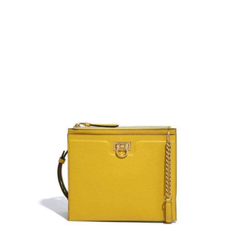 Trifolio黃色牛皮肩背包,69,900元。圖/Salvatore Ferr...