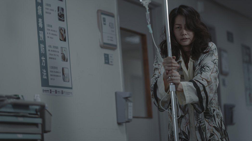 丁寧在「誰是被害者」中飾演過氣女星,身心飽受折磨。圖/Netflix提供
