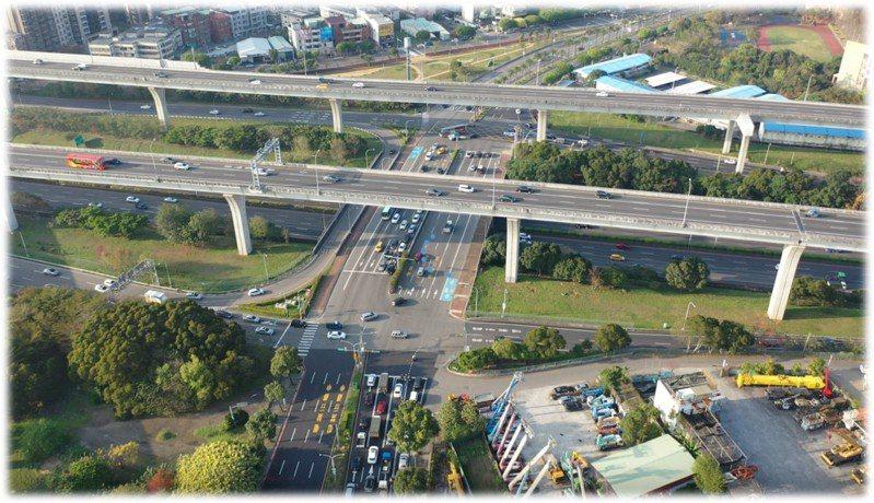 每到上下班時刻,林口交流道及平面路段可見大批車流。圖 / 洪孟楷國會辦公室提供