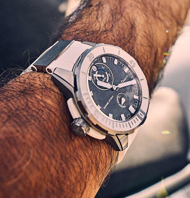 知名潛水家繼攝影師Fred Buyle佩戴了雅典44毫米Diver潛水系列腕表,...
