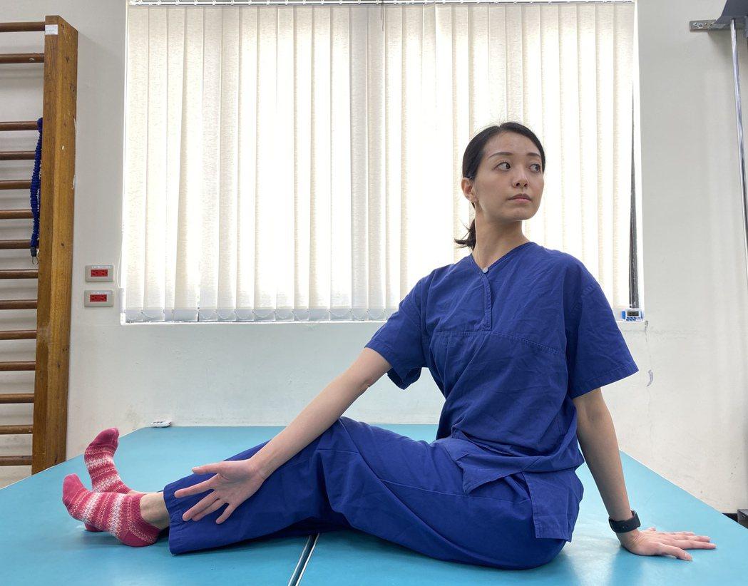 在家也能練核心,第一步採坐姿,雙腳往前伸,確定腰部立直。圖/北醫附醫提供