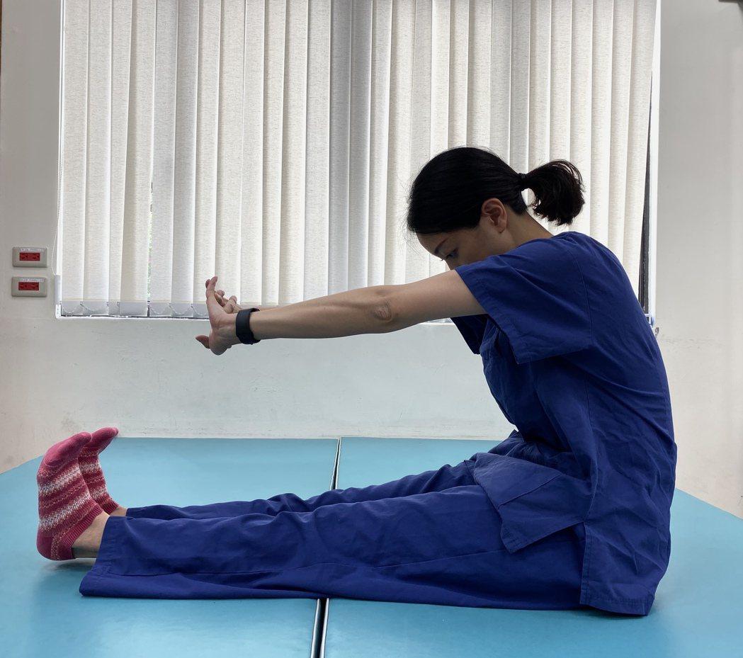 在家也能練核心,第三步慢慢將手往上延伸,朝天花板的位置。圖/北醫附醫提供。