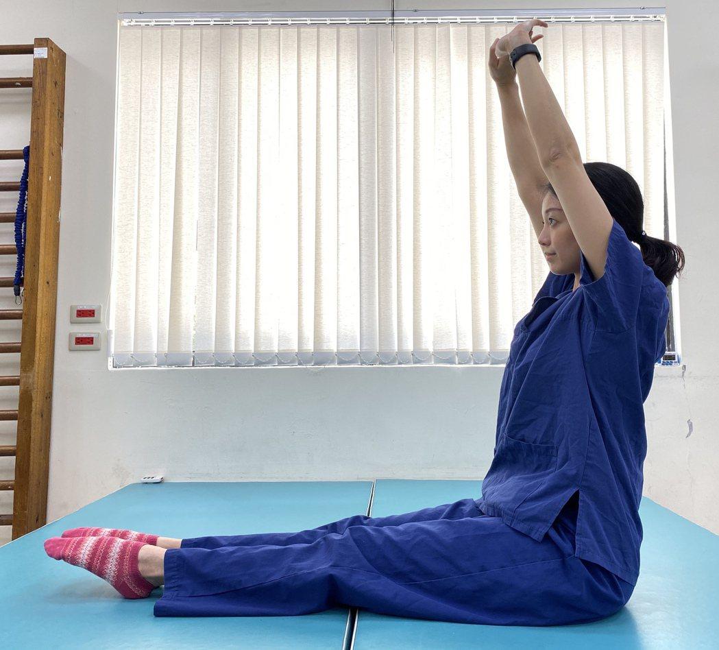 在家也能練核心,第二步將手跟腳往前延伸,背部往後拱起,拉長後背脊椎的肌肉。圖/北...