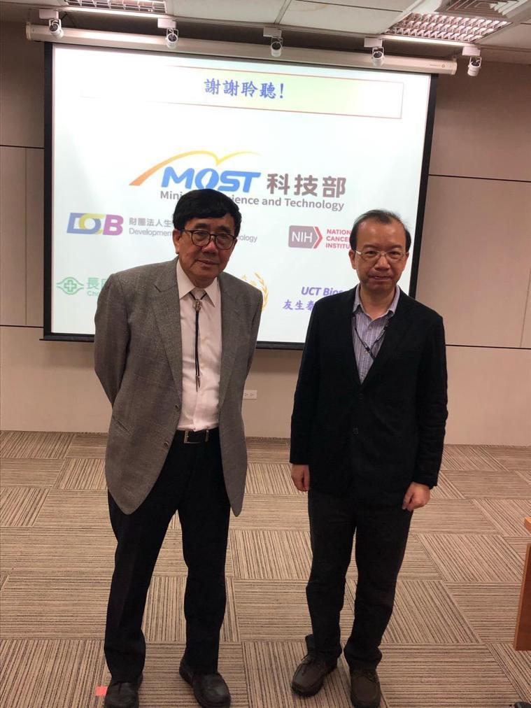 科技部今天發表一項由林口長庚醫院特聘講座教授游正博(左)等人開發的癌症創新療法,...