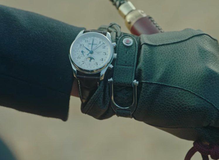 名表、手杖、皮手套,完整體現了典型的紳士風範。圖 / 翻攝自Netflix。