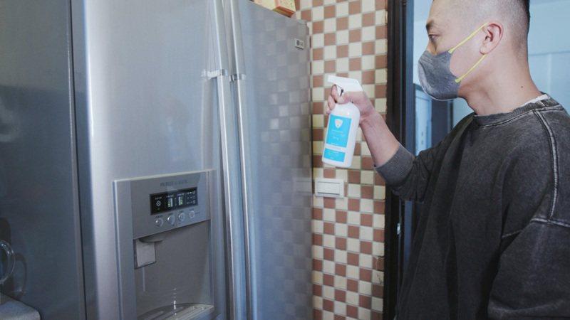 防疫期間居家環境清潔要確實,家事達人Mr.許提醒冰箱、門把、開關、遙控器等經常碰觸之處都必須每日做好清潔。記者袁子梁/攝影