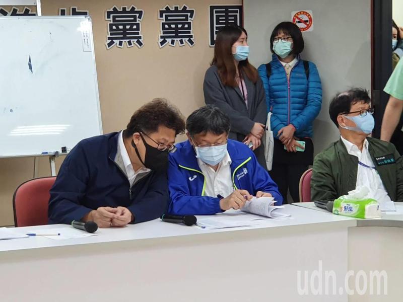 台北市長柯文哲(中)下午出席市議會民進黨團會議,說明防疫、紓困措施,以及函送議會審議的重大議案、法案,爭取支持。記者楊正海/攝影
